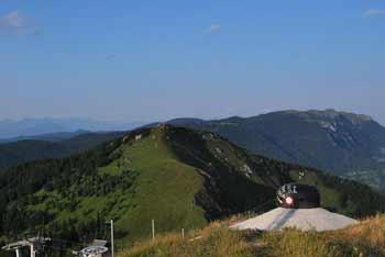 Iz Lajnarja se nam odpre razgled na Spodnje Bohinjske gore in Škofjeloško hribovje.