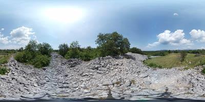 Debela griža, naše največje gradišče, se nahaja poleg vasi Volčji Grad in blizu Komna na Krasu.