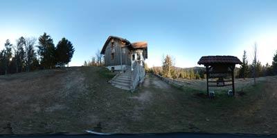 Kamni grič ima izhodišče na Travni gori, ki je planotast predel Velike gore. Na vrhu se nahaja planinska koča, mimo pa vodi pot na Kalični vrh. Oba vrhova sta primerna tudi za družinski izlet z otroki, ki lahko hodijo vsaj dve uri.