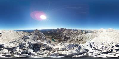 Julijske Alpe se ponašajo z več vrhovi nad Dolino Triglavskih jezer od katerih je Mala Zelnarica eden izmed bretpotnih vrhov. Zato je manj obiskana s strani planincev, ki prespijo na Prehodavcih.