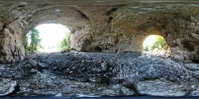 Pot preko Rakovega Škocjana nas vodi pod Velikim naravnim mostom po strugi reke Rak v Tkalco jamo.