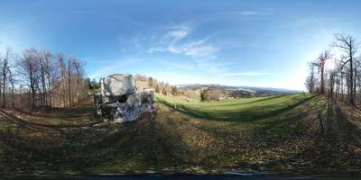 Rupnikova linija se nahaja nad Rimskim obrambnim zidom Claustro Alpium Iuliarum in nudi lep panoramski razgled od Krima preko Menišije mimo Slivnice vse do Snežnika.