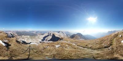 Tolminski Kuk se nahaja v Julijskih Alpah med gorama Vrh Planje in Zeleni vrh visoko nad Komno in Bohinjskim jezerom. Z njega se vidita Porezen in Blegoš.