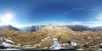 Vrh Škrli se nahaja na zahodnem grebenu Spodnjih Bohinjskih gora. Nahaja se blizu Bogatina in Mahavščka, mimo njega pa vodi pot na Tolminski Kuk. Lepo se vidi tudi Krn.