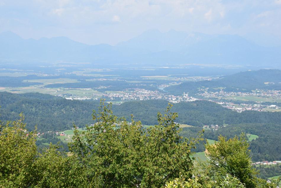 Razgled z Jeterbenka se odpre proti Kamniško-Savinjskim Alpam.
