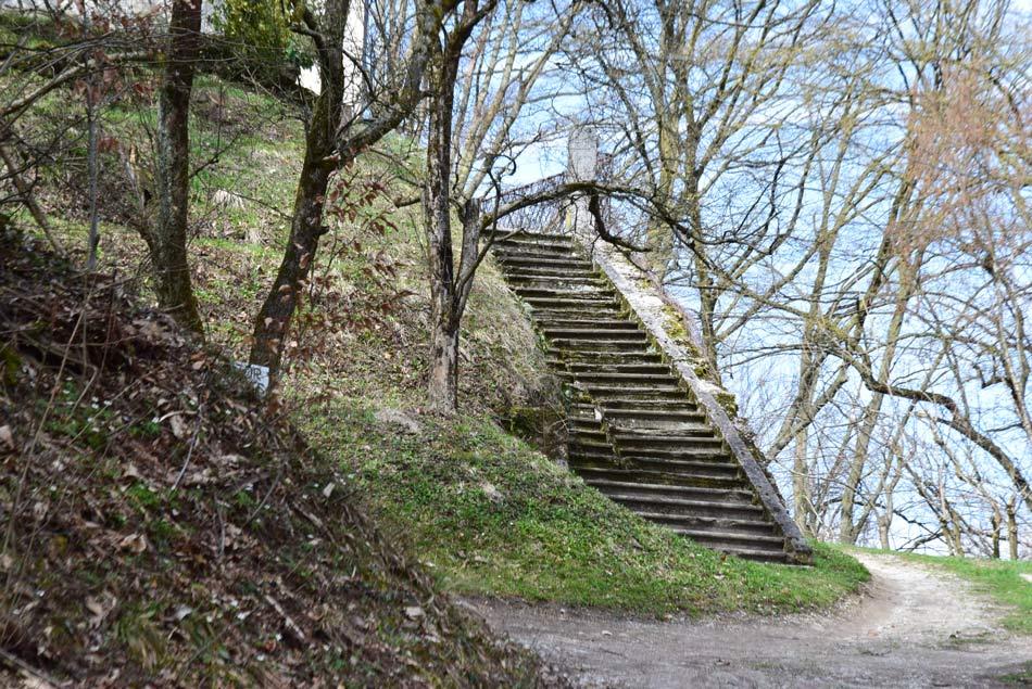Stare stopnice vile Kansky nad tovarno Arbo in reko Ljubljanico in potokom Besnico.
