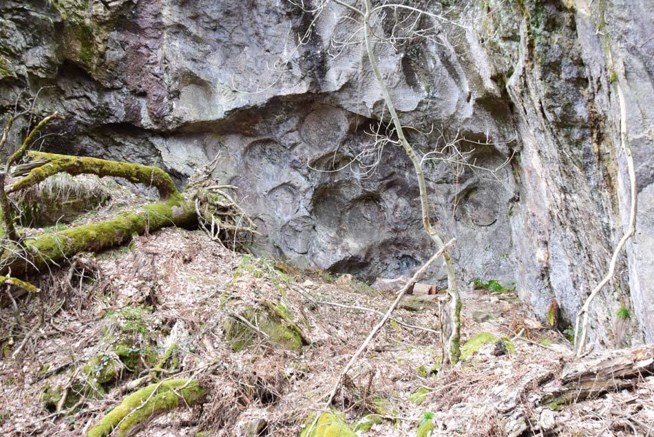 Izvrstno ohranjen srednjeveški kamnolom mlinskih kamnov je najbolj ohranjen v Sloveniji.