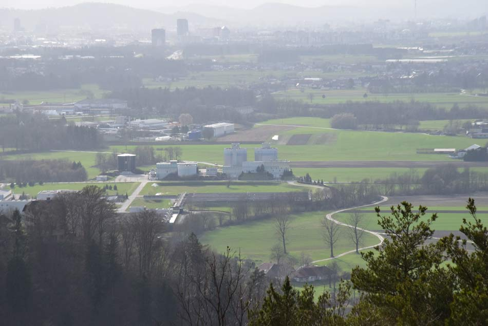 Z Lazarjevega vrha se odpre razgled na Savsko ravan proti Ljubljani v osrednjem delu Slovenije, nahaja pa se nad sotočjem treh rek, Save, Ljubljanice in Kamniške Bistrice.