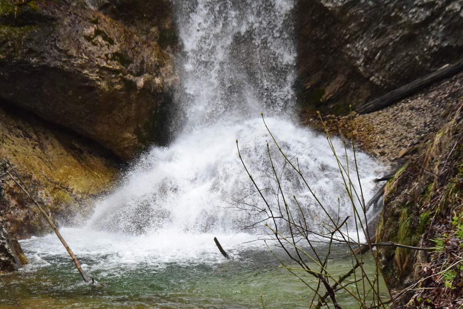 Četrti slap soteske Pekel se s truščem zliva na skalo.