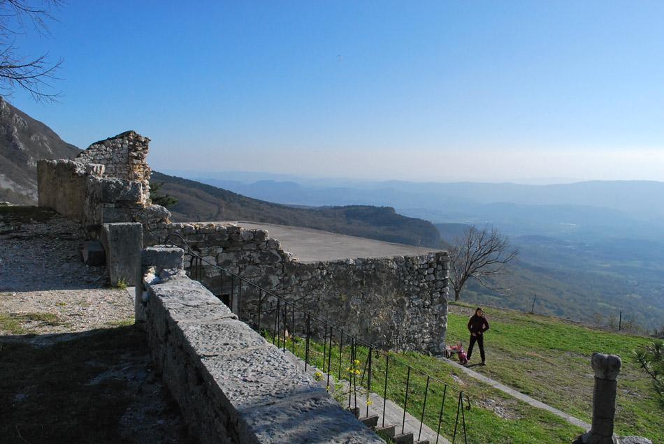 Na obzidju vitovske cerkev se odpre širok razgled na Vipavsko dolino.