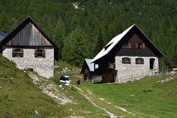 Mimo Blejske koče nad Pokljuko poteka daljša pot na Viševnik in naprej preko Srenjskega prevala na Veliki Draški vrh.