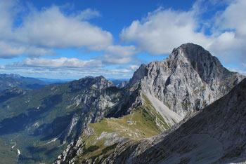 Brana se nahaja nad Kamniškim sedlom med Planjavo in Tursko goro.