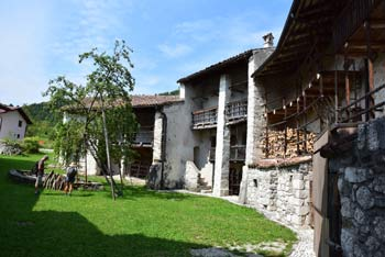 Breginj spada v kulturni krog Beneške Slovenije v njemu pa stoji Ščirnova ograd.