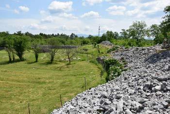 Debela griža je odlično ohranjeno predkrščansko gradišče, ki se nahaja pri Komnu na Krasu.