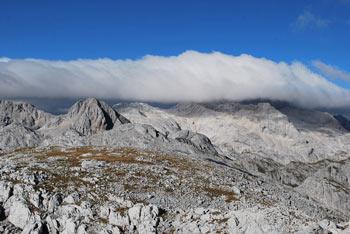 Iz Debelega vrha se odpre izvrsten razgled na Triglav, ki pa je tokrat v oblaku.