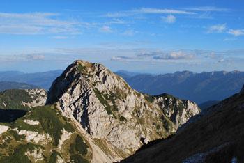 Gora Ogradi je najbližnji sosed Debelega vrha. Pogled nanjo je iz njega najlepši.