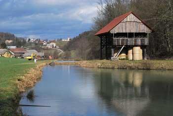 Debenec se nahaja nad reko Mirno.