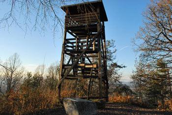 Debni vrh je na vzhodnem ljubljanskem obrobju in ima visok razgledni stolp.