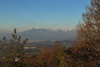 Opisana krožna pot na Debni vrh nad dolino Besnico je primerna tudi kot družinski izlet za otroke stare od 4 do 5 let.