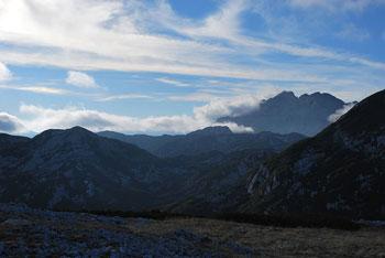 Na Dleskavcu se odpre razgled na Raduho in vrhove Savinjskih Alp.