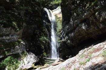 Dolina Voje nudi pogled na visoka in strma pobočja Tosca.