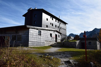 Dom na Komni se nahaja visoko nad Bohinjskim jezerom, do njega pa se pričnemo vzpenjati pri slapu Savici.