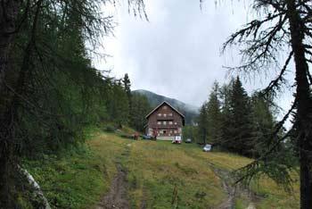 Dom na Peci je izhodišče za izlet v naravi na Peco. Vidijo se hribi Smrekovca.