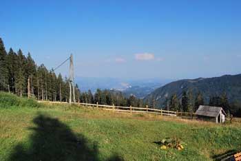 Iz prelaza Kramarice vodi do Doma na Smrekovcu tudi za družine primerna krožna pot.