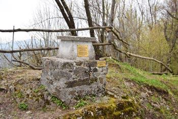 Globočak ima na vrhu ostanek topniške vojaške postojanke iz prve svetovne vojne in posvetilo žrtvam iz vasi pod njem.