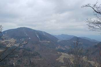Na Gozdniku se nahaja manjša brunarica, vrh pa ni razgleden.
