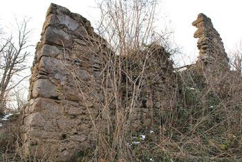 Ostanki gradu Osterberg se nahajajo nad izpostavljenem pomolu nad dolino Besnice v Kašeljskem hribovju.
