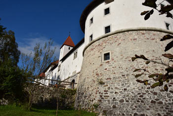Grad Turjak se ponaša z mogočnimi vogalnimi stolpi in obzidjem, ki je kljubovalo turški in kmečki vojski.
