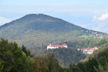 Grad Turjak s svojo podobo še danes dominira na okoliško dolenjsko pokrajino.