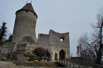 Krožna pot na grad Žovnek je primerna kot družinski izlet, ki ga lahko prehodimo tudi z vozičkom za otroke.