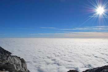 Na Grintovcu se odpre razgled na verigo najvišjih Kamniških vrhov, Julijce, Karavanke in daleč naokoli.