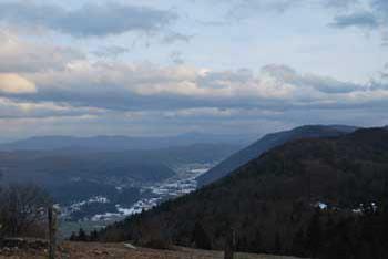 Grmada nad Ortnekom s planinskim domom se nahaja na Mali gori iz katere se vidi Dobrepolje.