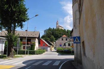 Skozi Škofjo Loko pridemo do Hribca v Puštalu od koder se odpre razgled na okoliška hribovja.