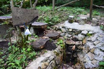 Izvir Frančiška je znan po zdravilni vodi in je skrbno obzidan. Ob njem se nahaja nekaj klopi pri katerih si natočimo vodo.