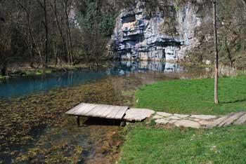 Izvir Krupe se nahaja pod visoko steno, reka pa se pri Gradcu izlije v Lahinjo.