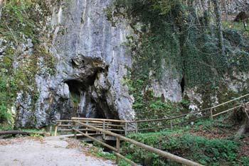Nad jamo Pekel se nahaja majhno kraško polje, del Ponikovskega krasa s požiralnikom in vrh Pogorišče.