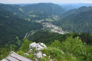 Jelenk je najvišji vrh med Vojskarsko planoto s Hudournikom in Bevkovim vrhom na drugi strani.