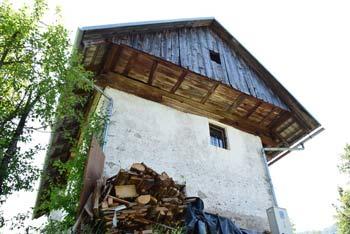 Jeterbenk se nahaja nad Slavkovim domom, kjer je gostilna Belšak in blizu Polhograjske Grmade in Tošča.