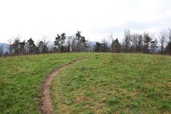 Klobuk ima široko zaobljen travnat vrh preko katerega vodi priljubljena pešpot proti izhodišču na Bokalcah.