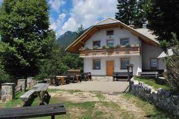 Planinska koča Pri Franciju se nahaja pod Cjanovco in nad jezerom Črnava.