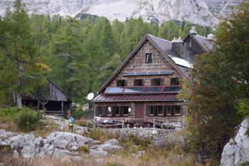 Koča pri Triglavskih jezerih se nahaja v osrednjem delu Julijskih Alp pod visoko steno Male Tičarice .