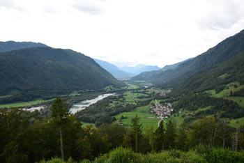Kozlov rob na Tolminom se ponaša z izvrstnim razgledom na zgornji del doline reke Soče.