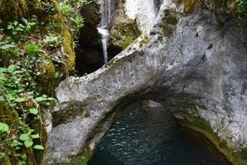Krčnik je znan po številnih kotlicah in gladkem naravnem mostu, ki je mojstrovina potoka Kožbanjščka.