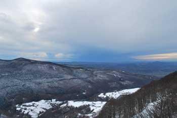 Na Križni gori je razgledni stolp in vzhodno od vrha samotna cerkvica svetega Duha.