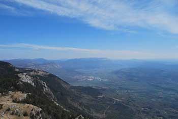 Iz Kuclja na Čavnu se odpre razgled na Kras, Tržaški zaliv in proti Notranjskim hribom.