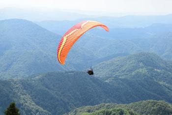 Kuk nad Livkom se ponaša z vzletiščem jadralnih padalcev.